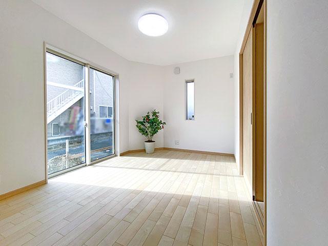 1階ベッドルーム<br> 木のぬくもりが感じられる室内。採光もしっかり取れて明るい空間に。