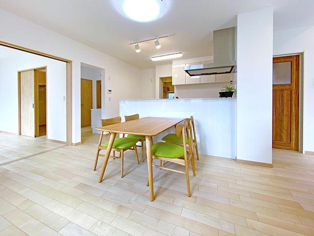 ダイニング<br> 対面キッチンなので自然と会話もはずみ、ダイニング横には窓があるので明るく開放感のある空間となっています。