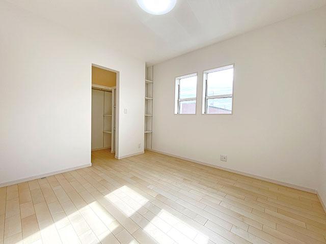 ベッドルーム<br> 大きな窓から自然の優しい光が降り注ぐ明るい空間。