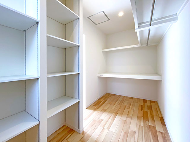 ウォークインクローゼット<br> 寝室はお布団などもあるため、広く収納スペースを設けました。