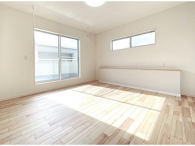 メインベッドルーム<br> バルコニーに面した明るい寝室です。