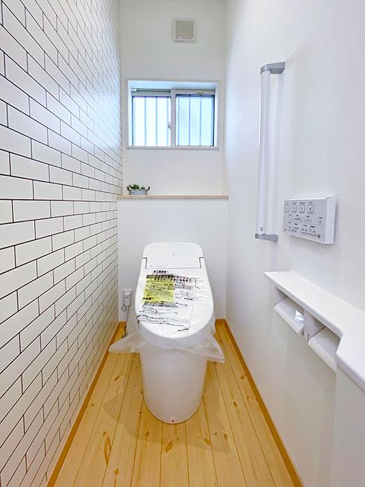トイレ<br> タイル調のクロスが可愛らしいデザインです。