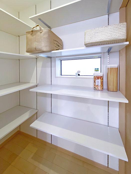 パントリー<br> 調理器具や食材、非常食などたっぷり収納できます!