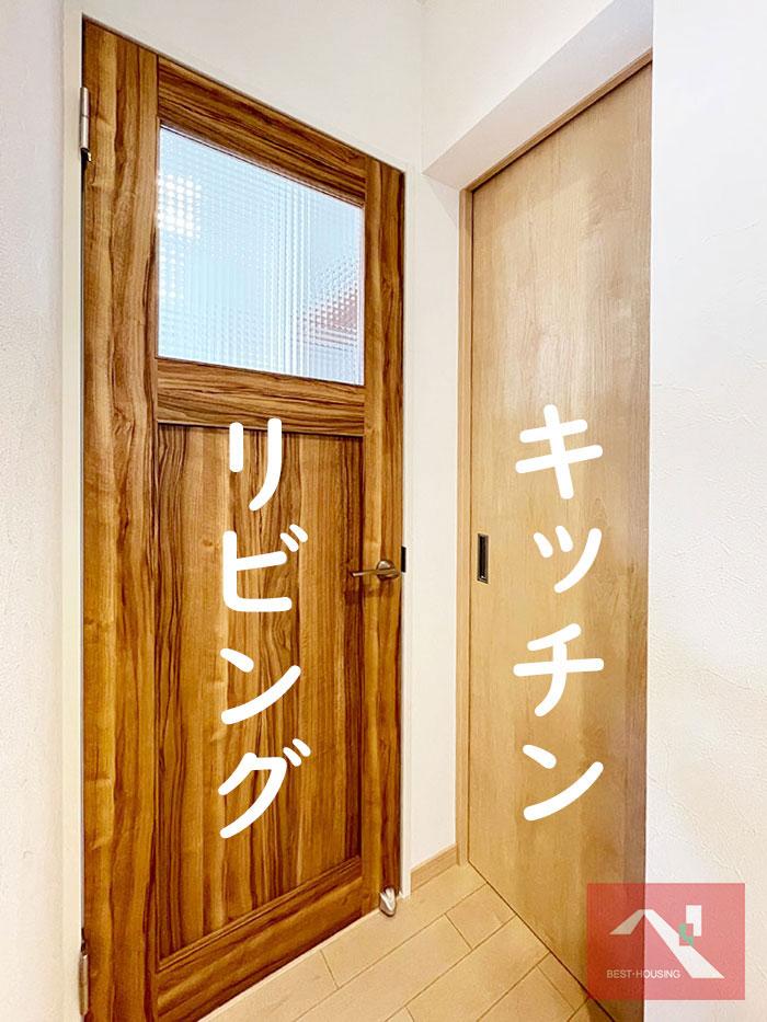 キッチンへの扉とリビングへの扉に分かれています。食品の買い物をしたら直接キッチンへ持っていけるのでラクラクです♪