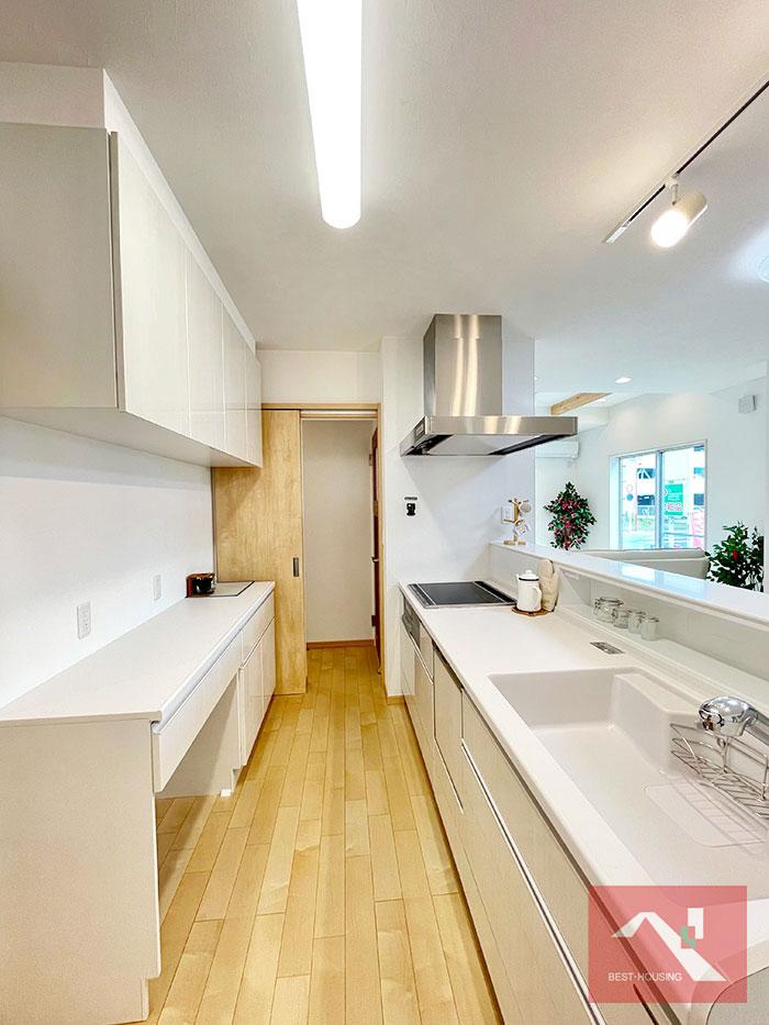 キッチンの扉を開けるとはこんな感じです。この奥がエントランスと繋がっています。