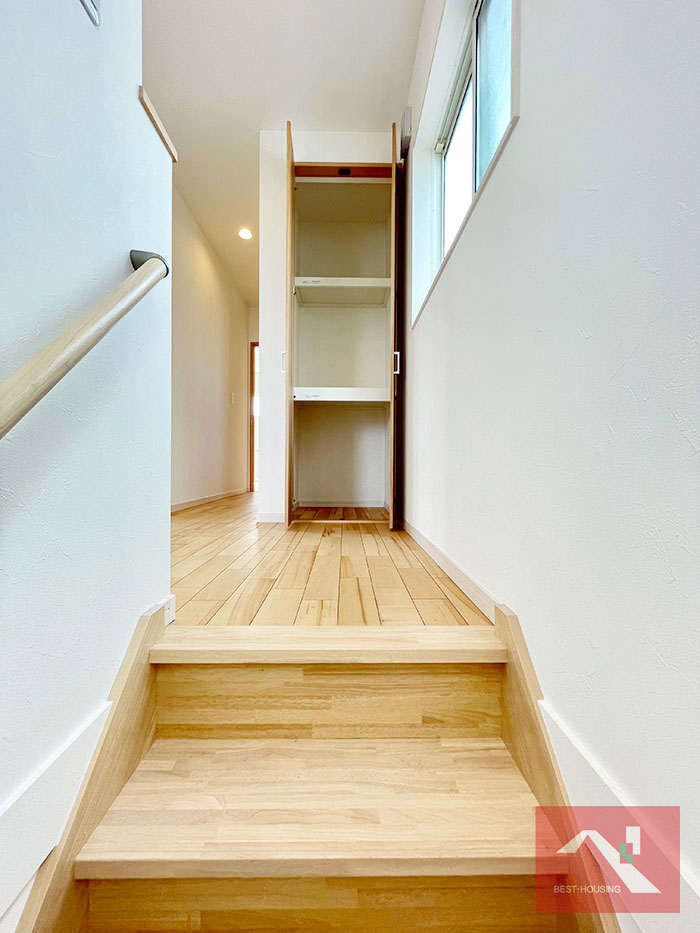 リビング階段を上って二階に行くと目の前に収納があります