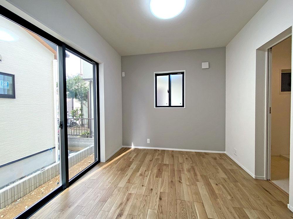 1階ベッドルーム<br> 隣がランドリーになっており、将来ここを寝室にして1階だけで生活をすることもできます。
