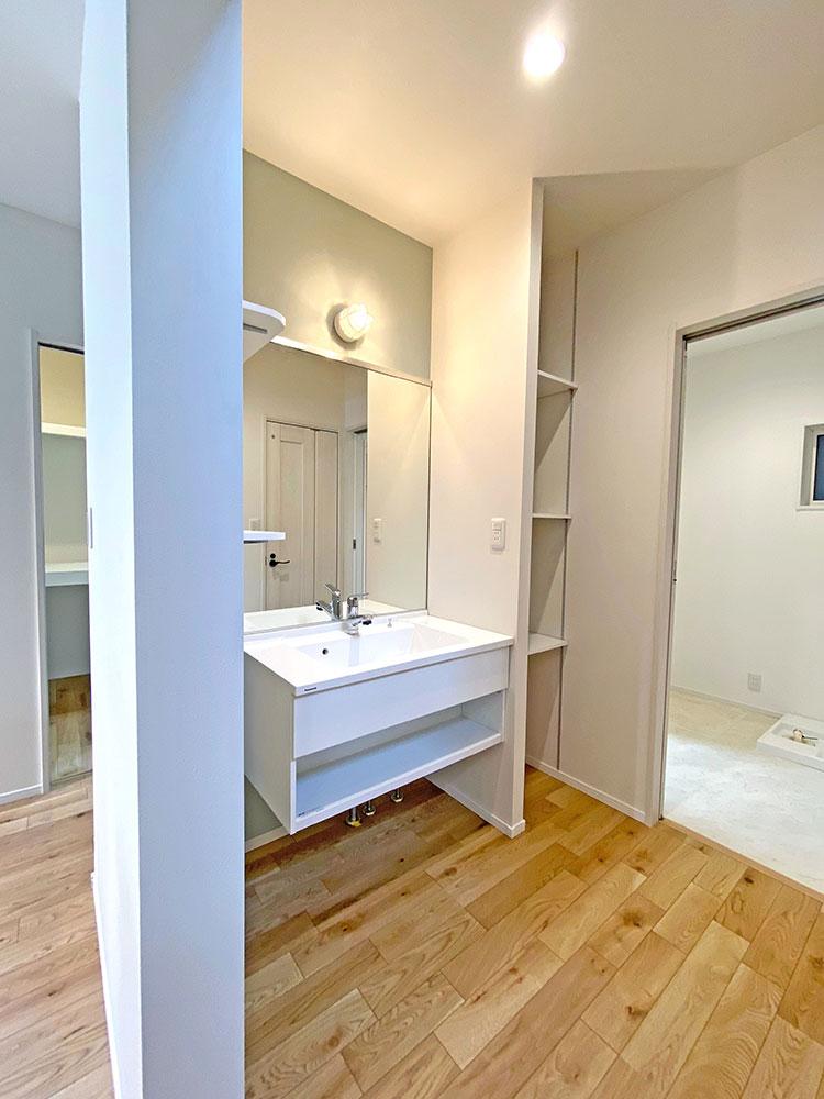 スタイリングエリア<br> 脱衣室から独立しているので家族が入浴中でも気兼ねなく使うことが出来ます。