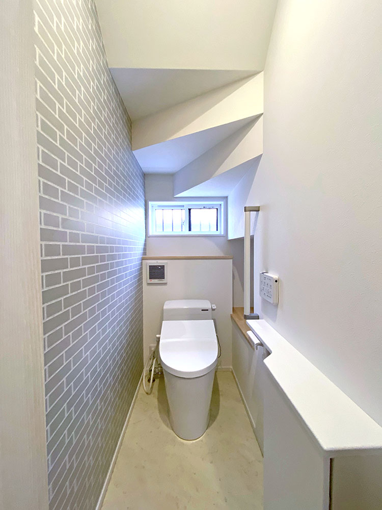 トイレ<br> お部屋の雰囲気に合ったタイル調のクロスを採用しました。