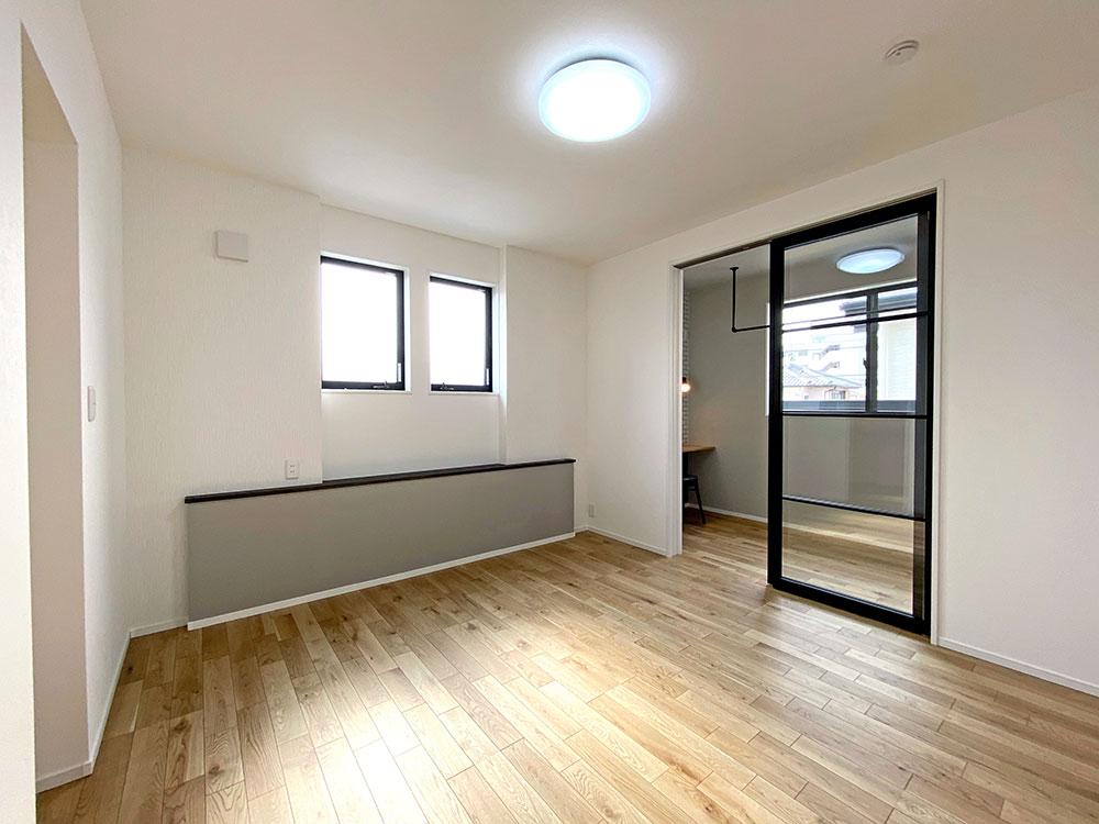 メインベッドルーム<br> 落ち着いた色合いのお部屋に仕上がりました♪大きなベッドを置いてもまだ余裕のある広さです。