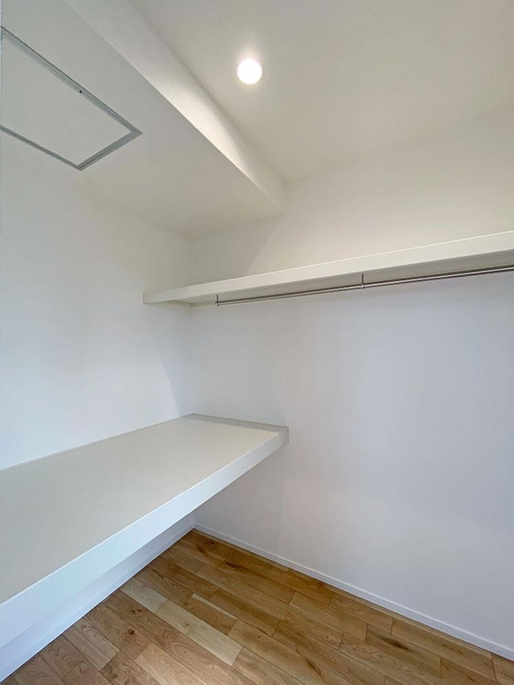 ウォークインクローゼット<br> メインベッドルームの隣にはたっぷり収納できる大型のクローゼットを配置しました。