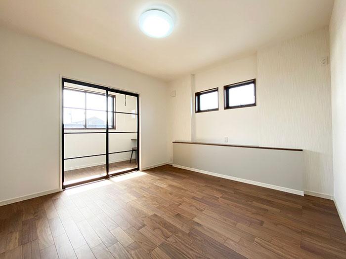 メインベッドルーム<br> 8帖の寝室は大きなベッドを置いても余裕の広さ!