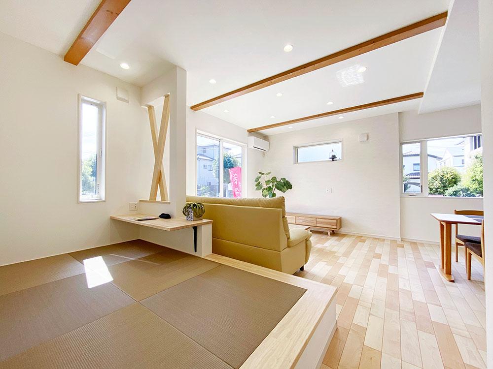 和コーナー<br> リビング内に3帖の畳を配置しました。少し横になりたい時やお子様のおむつ替えにとても便利です♪