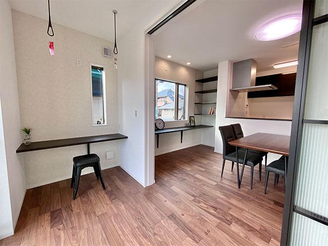 サンルーム&ワークスペース<br> サンルームは、リモートワーク部屋としてもお使いいただけます。カウンターの反対には収納も設けています。