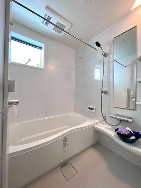 LIXILのバスルーム<br> お湯が真上から降り注ぎ一瞬で体を包み込む。シャワーだけでもたっぷりリラックスできるバスルーム。