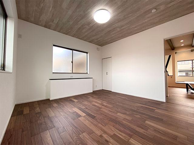 1階ベッドルーム<br> 1階に8帖のベッドルームをもってくることで、すべてを1階で完結することができます。子育て中や将来も最適な間取りです。