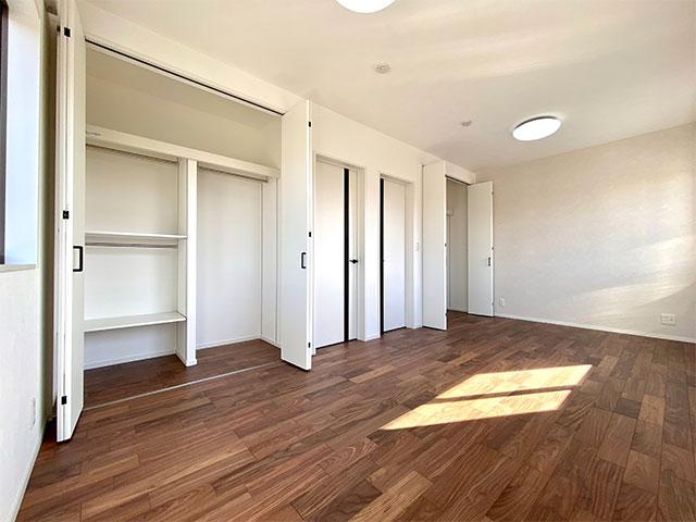 2階ベッドルーム<br> 子供の成長にあわせて将来的に1部屋増やせるようにしました。部屋を増やす予定のない場合は、9帖のひろびろベッドルームとしてお使いいただけます。