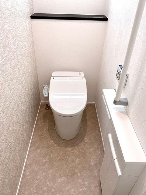 ジャニス工業のトイレ<br> 狭いトイレをひろびろ空間に変える業界最小クラスのコンパクト設計。便座手前のフチを限界まで薄くしたことで汚れを隠さず、お掃除はつまんで「サッ」とひと拭きです。