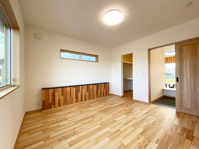 メインベッドルーム<br> ベスト・ハウジングではお馴染みの大型ウォークインクローゼット付き。