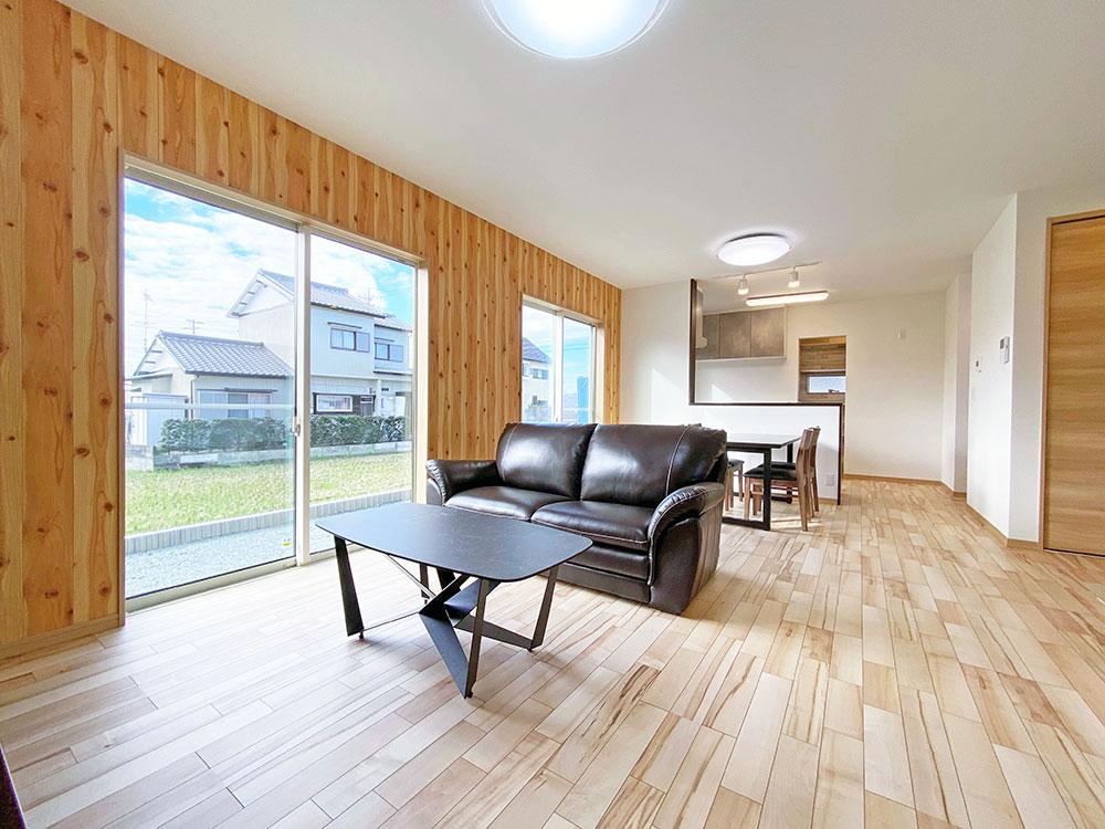リビング<br> リビングは、南面窓を設けているため、陽当たり良好で明るい空間となっています♪
