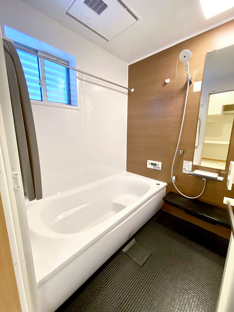 TOTOの浴室<br> 乾きやすく・カビにくくお手入れがラクな床に断熱材で包み込んだ魔法びん浴槽。浴室換気暖房乾燥機付き。