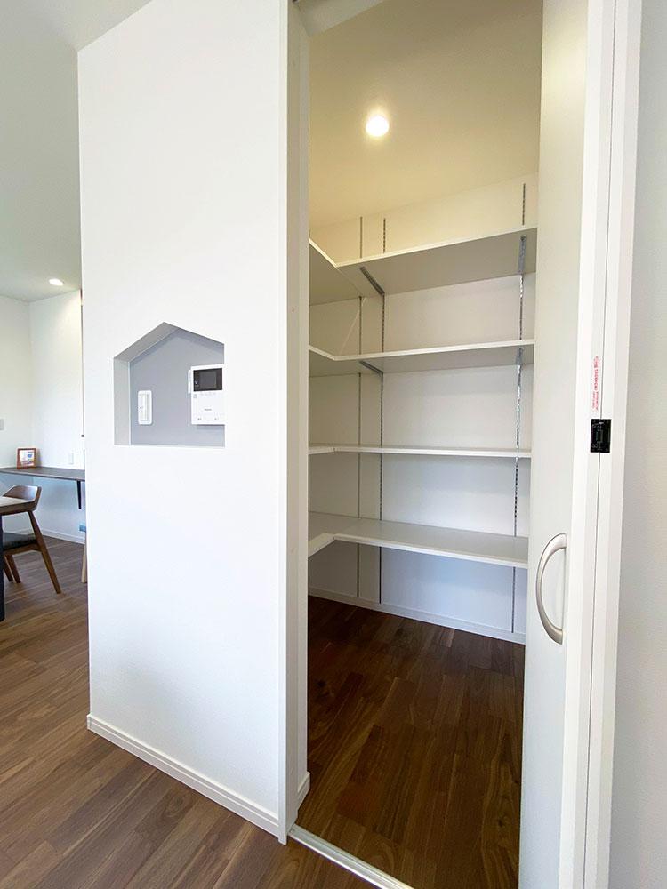 リビングCL<br> リビング横には書類やお掃除グッズ等を収納できるスペースを設けました。