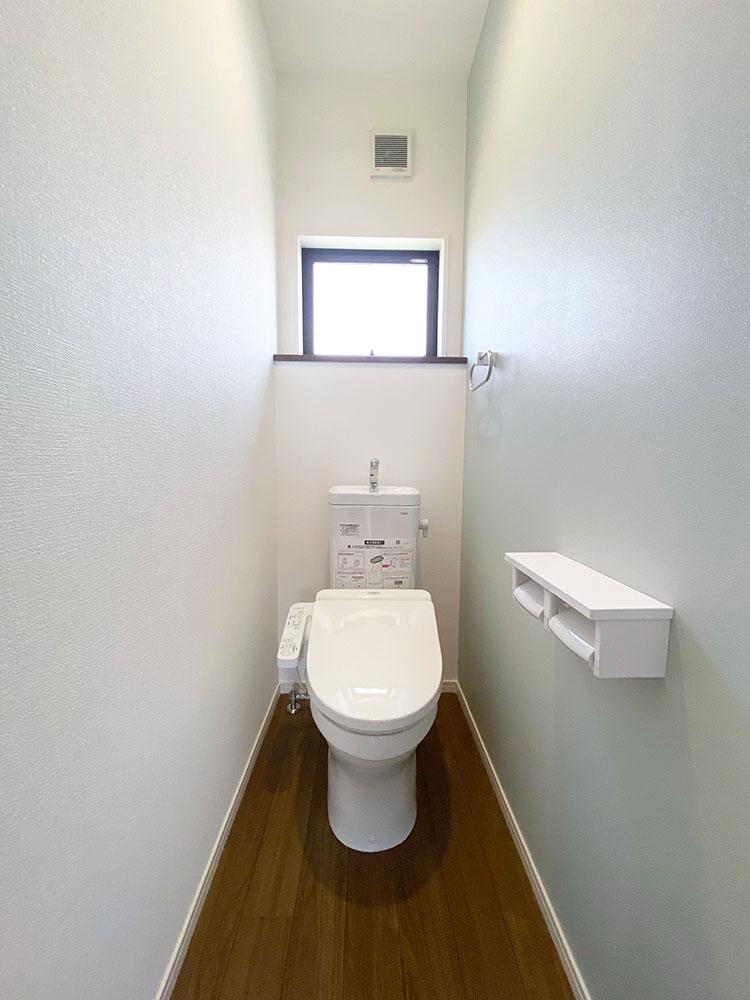 2階 トイレ<br> 流行りのくすみカラーをアクセントクロスに採用しました。