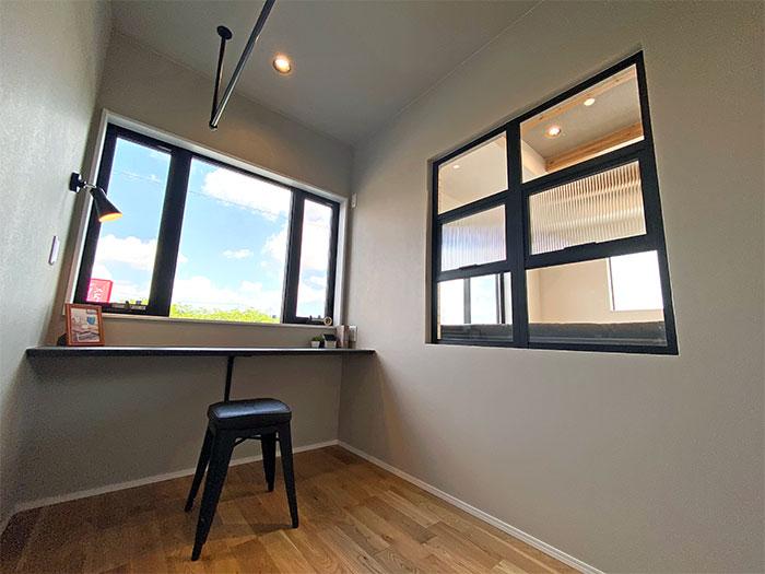 【サンルーム】3帖のj空間にアイアンバーと室内アイアンアンティーク窓
