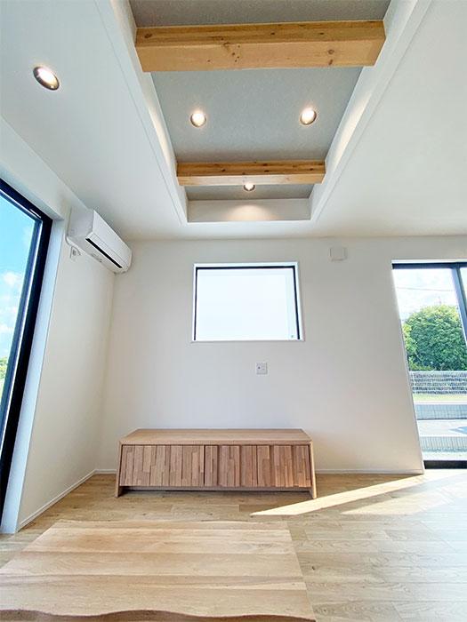 【リビング】折り上げ天井と化粧梁 FIX窓