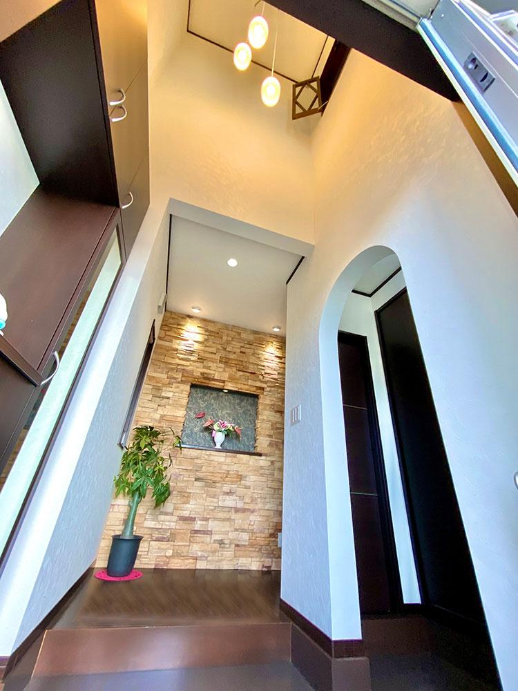 吹抜け<br> 上部の吹抜けにより開放感のある玄関になっております。入って左側には玄関収納があるので棚には鍵や印鑑、アルコールスプレーが置けます。お洒落に飾るもの◎♪