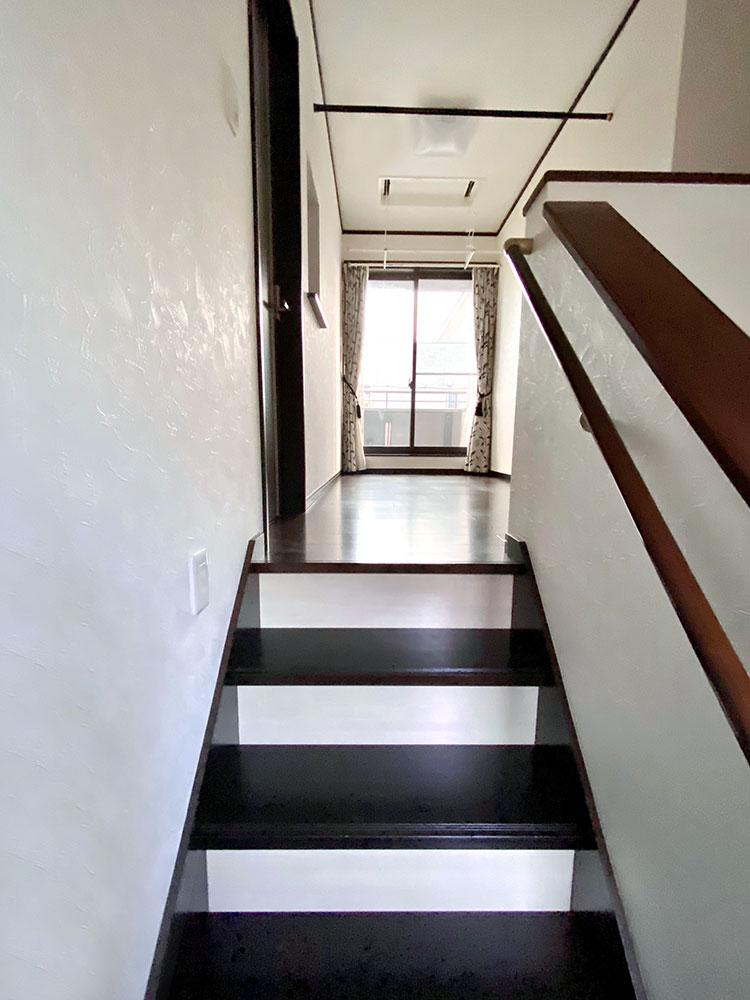 階段<br> 階段を上がると正面にサンルームとバルコニーがあります。天気や時間で使い分けができるのが魅力。