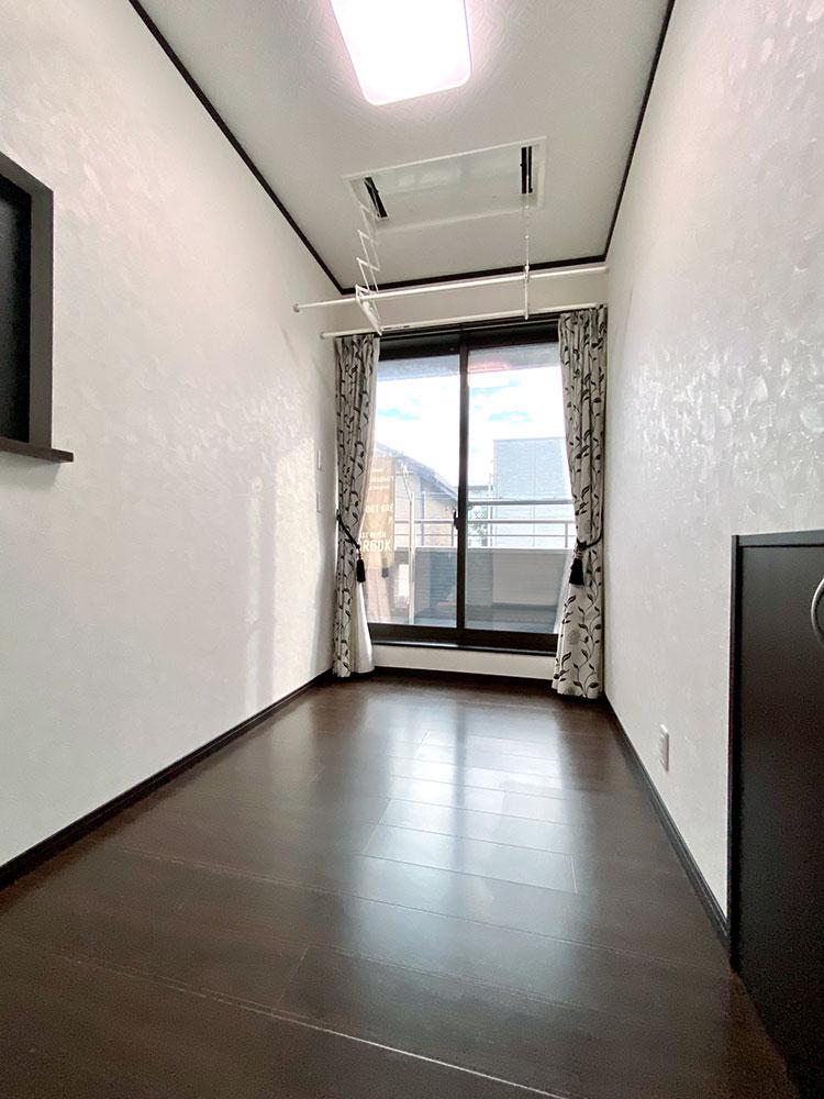 2階サンルーム<br> サンルームの物干しは収納ができるので、フリースペースとしてもお使いいただけます。