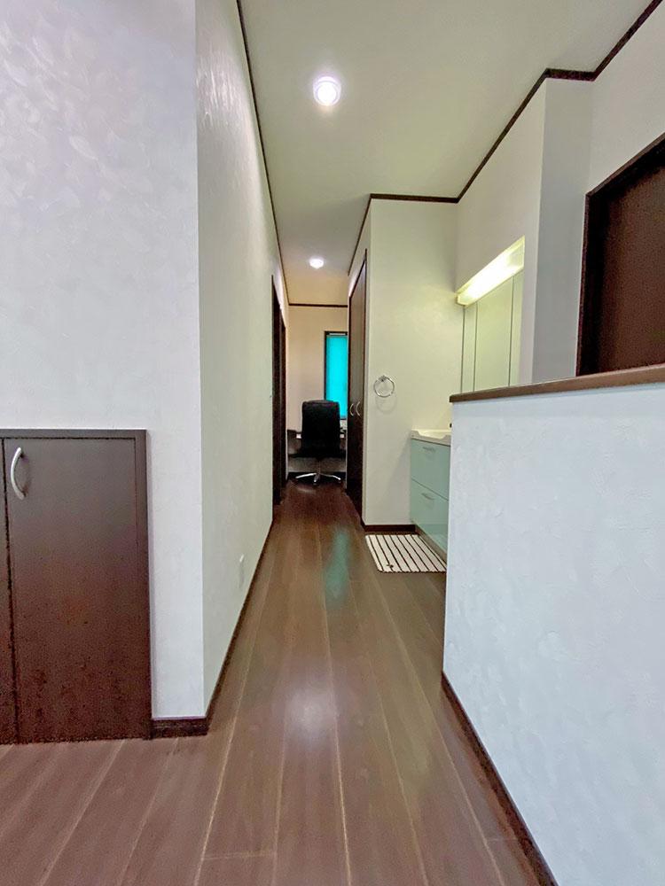 2階ホール<br> 2階ホールには洗面化粧台とフリースペースがあります。奥の書斎スペースではテレワークもできちゃいます。