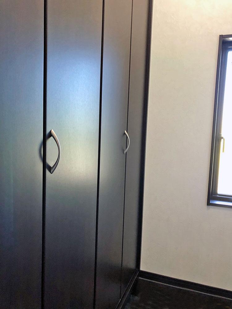 ウォークスルーシューズCL<br> ここで靴を脱いで通り抜けられるので玄関をきれいに保てます。収納の手前にも荷物がおけるのが魅力。