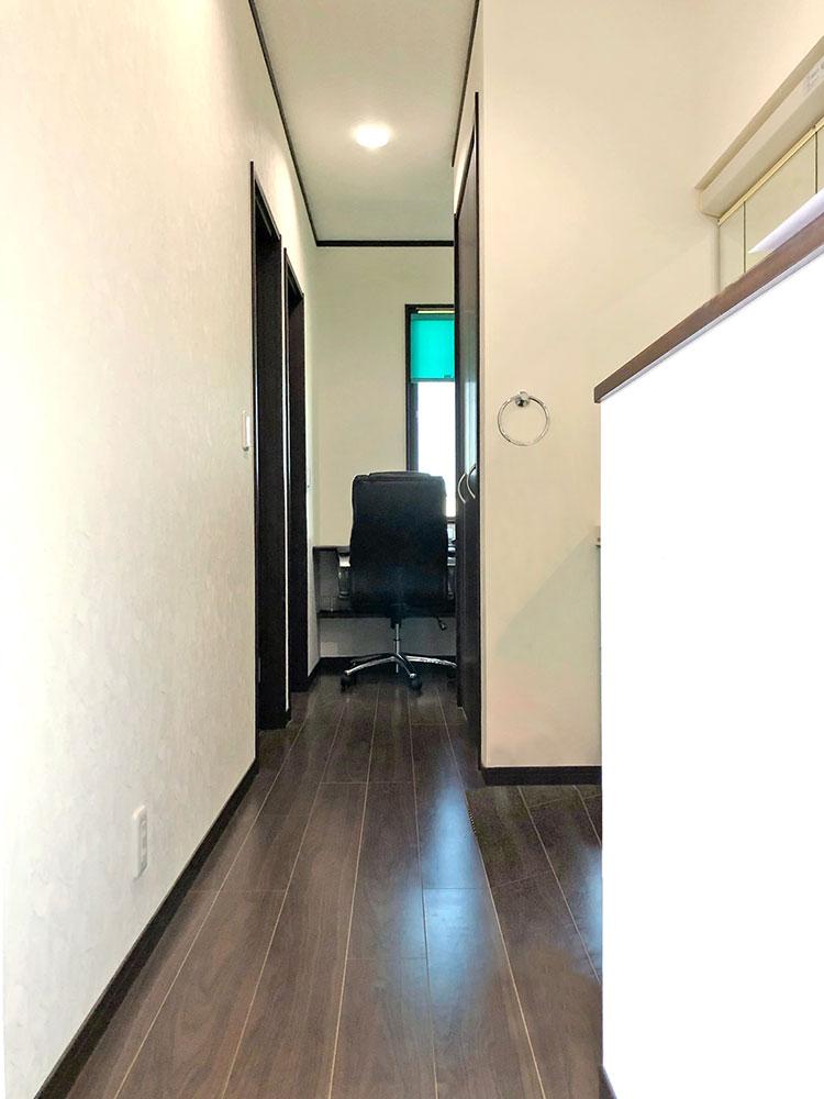 2階ホール・フリースペース<br> フリースペースにはカウンターがついているので、趣味スペースとしてもお使いいただけます。吹抜けに繋がる窓をあけることで採光も確保できます。