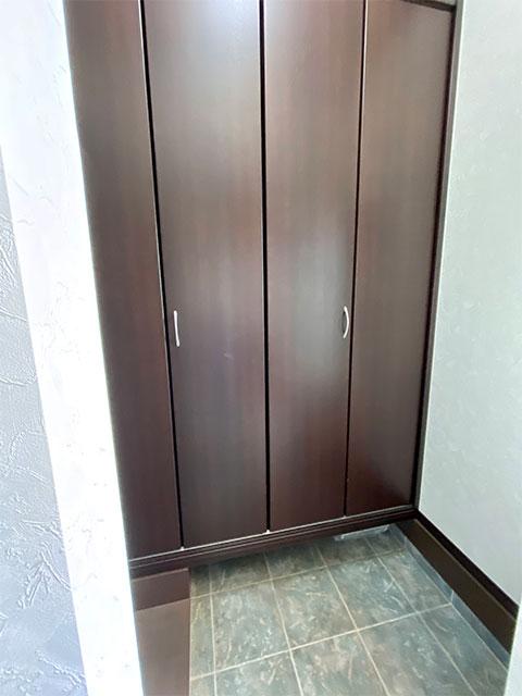 ウォークスルーシューズCL<br> ここで靴を脱いで通り抜けられるので玄関をきれいに保てます。シューズBOXの手前にも荷物がおけるのが魅力。