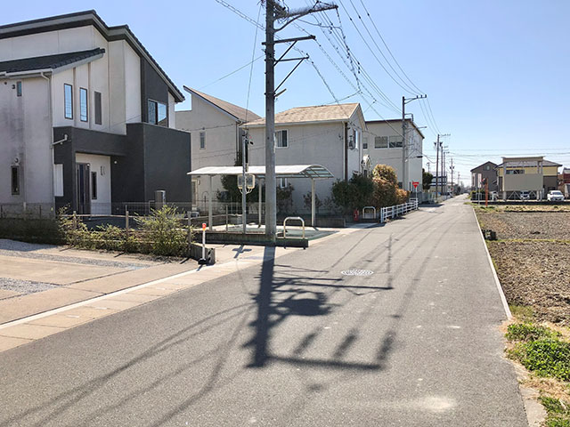 前面道路<br> 前面に建物がなく開放感があります。