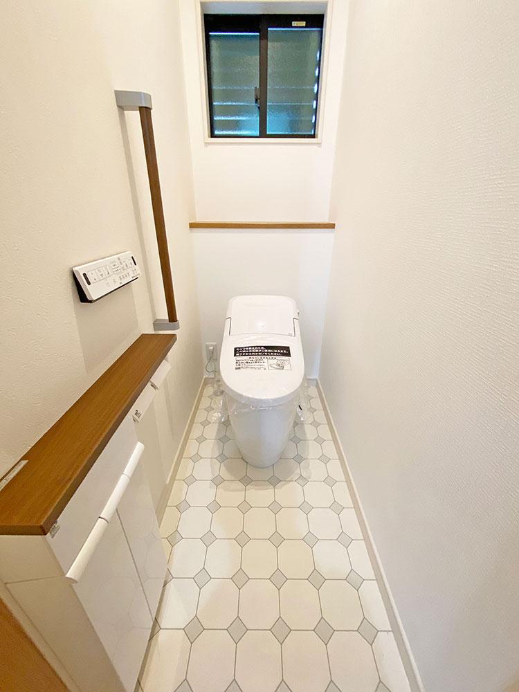 トイレ<br> 手摺付きで安心!お手入れも簡単!