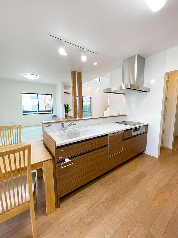 キッチン<br> ランドリーまで一直線なのでお料理をしながら洗濯機の様子を見ることができます。