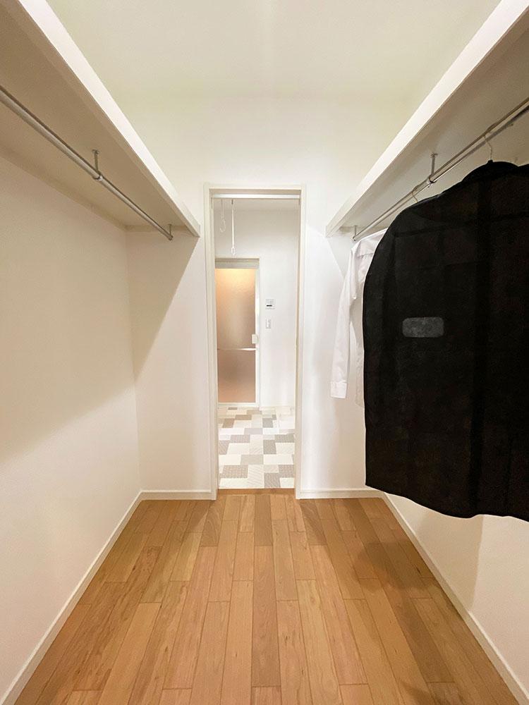 ファミリークローゼット→ランドリー<br> 毎日着るスーツや制服はここに掛けておくことができます。