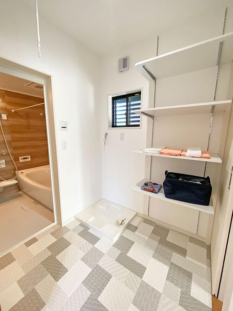 ランドリー<br> バスタオルや洗剤等を収納できる棚を洗濯機の横に設置しました。