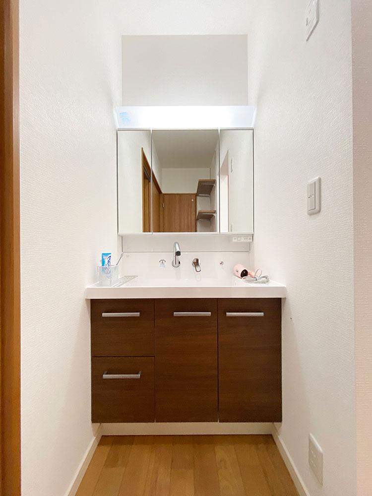 スタイリングエリア<br> ランドリーから洗面台を独立させたことにより家族が入浴中でも気兼ねなく使うことができます。