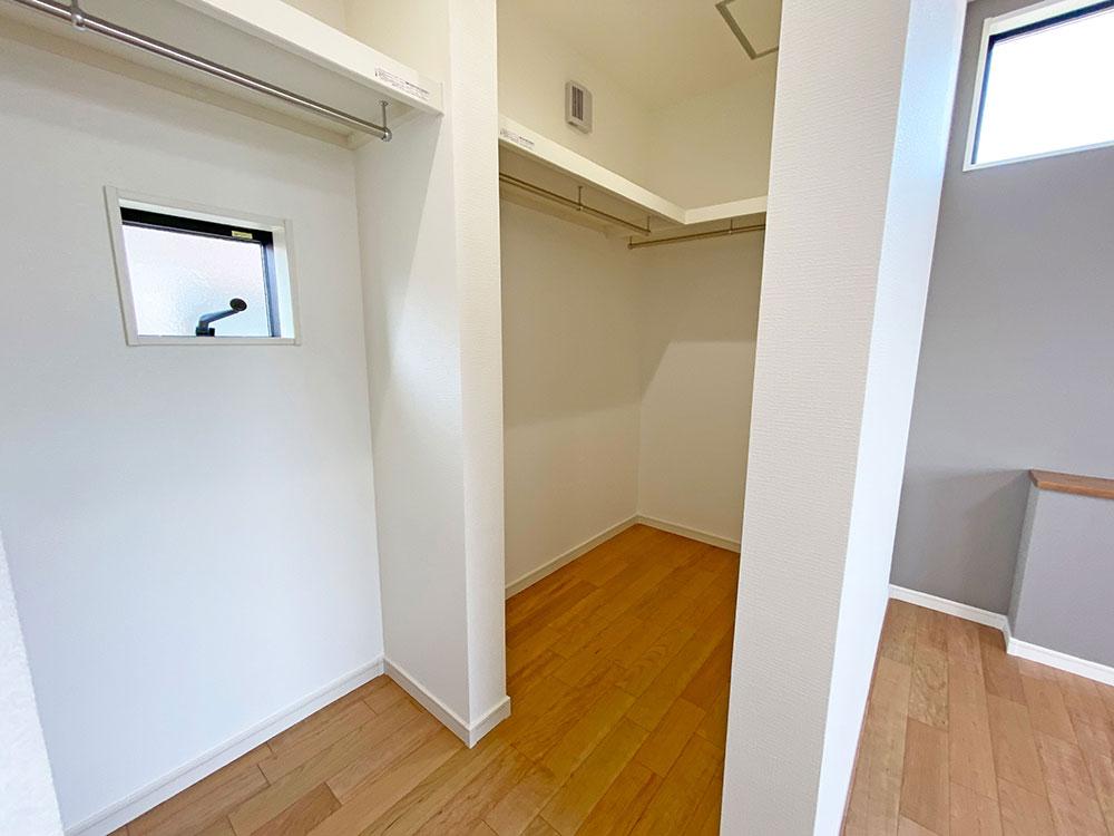 寝室ウォークインクローゼット<br> メインベッドルームには大容量のウォークインクローゼットを設けました。