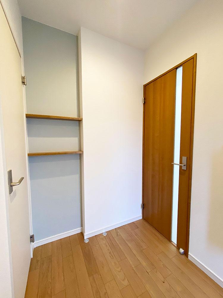 エントランス<br> ハンコや鍵、アルコールが置けるように飾り棚を配置。