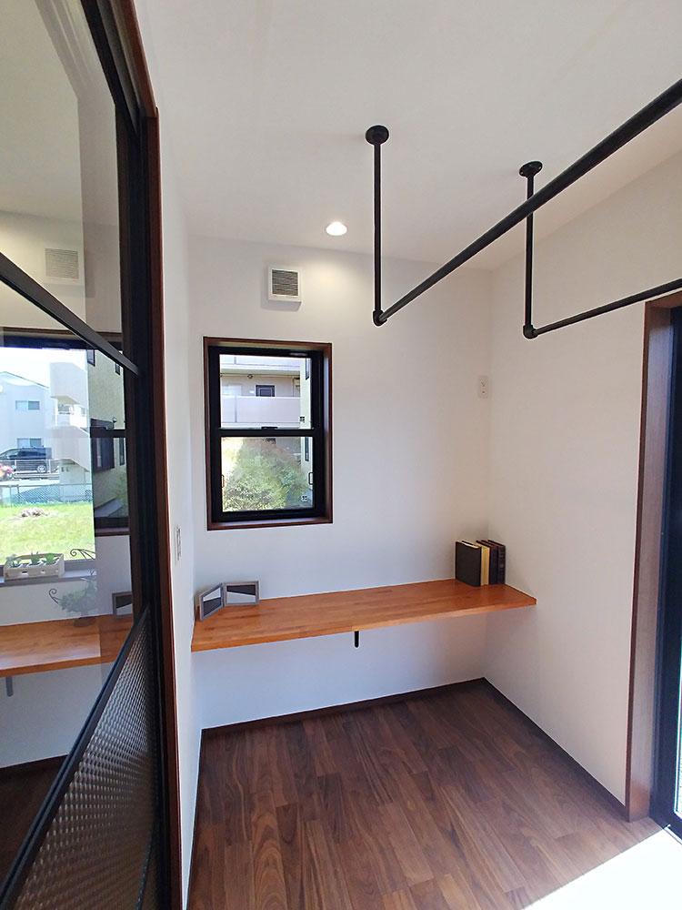 サンルーム<br> 空間の雰囲気を損なわないようにブラックの室内物干しを採用しました。