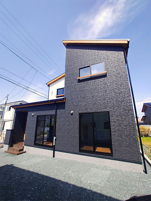 外観写真<br> KMEWカルナック:マックスチタンブラックの外壁を採用したシックな外観デザイン。