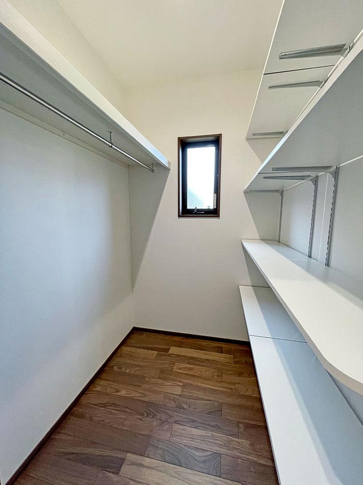 パントリー&クローゼット<br> こちらはパントリーとしてだけではなくハンガーパイプも取り付けていますので、衣類の収納もできちゃいます。