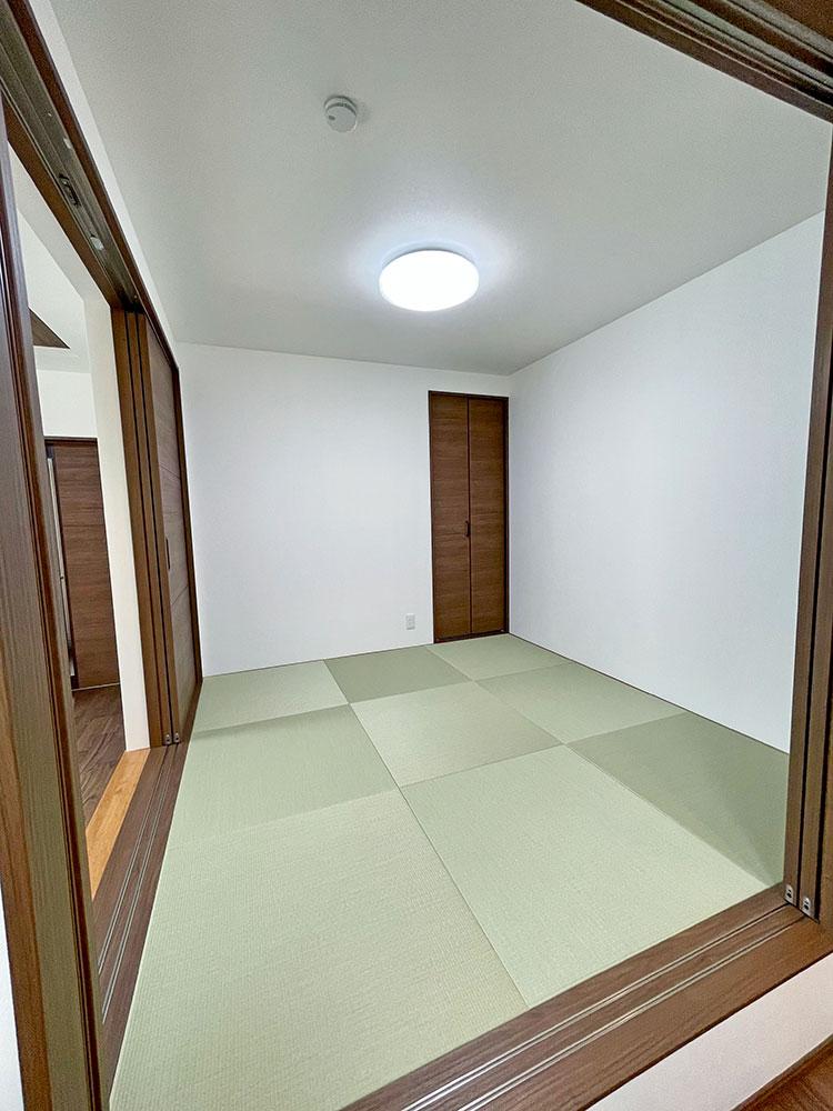 和室<br> 4.5帖の和室はあけてLDKの一部としてもお部屋としてもお使いいただけます。 子育て中は、ここを寝室としても♪