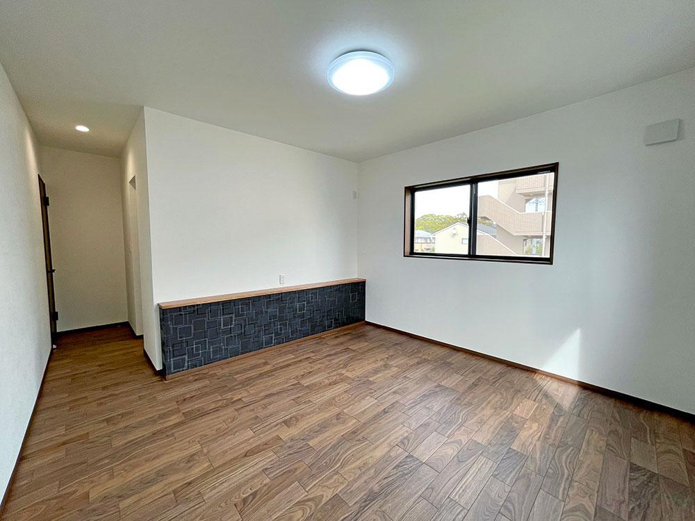 2階:9.3帖メインベッドルーム<br> 寝室にはカウンターを設置しました。こちらはスマホ充電や本を置いたり、飾ったりができます。