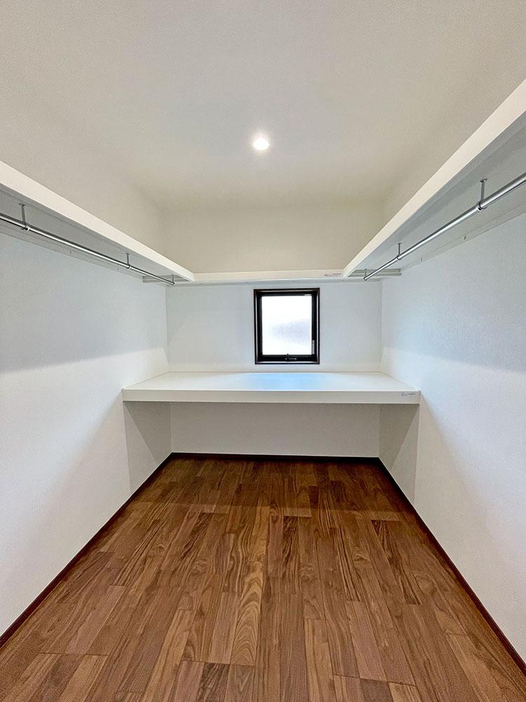 2階:メインベッドルームウォークインCL<br> 置く・畳む・掛ける収納が集約されたクローゼット。